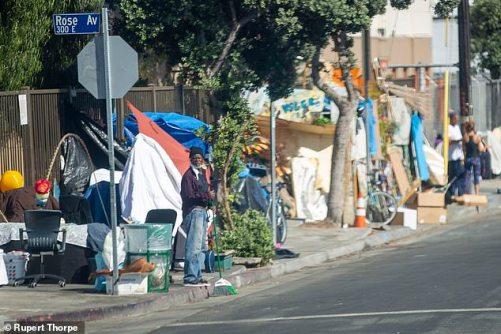 Um dos sem-teto da cidade ¿há mais de 66.000 pessoas dormindo na rua todas as noites. O vírus só piorou as coisas. Existem acampamentos de sem-teto em algumas das armadilhas para turistas mais instantaneamente reconhecidas