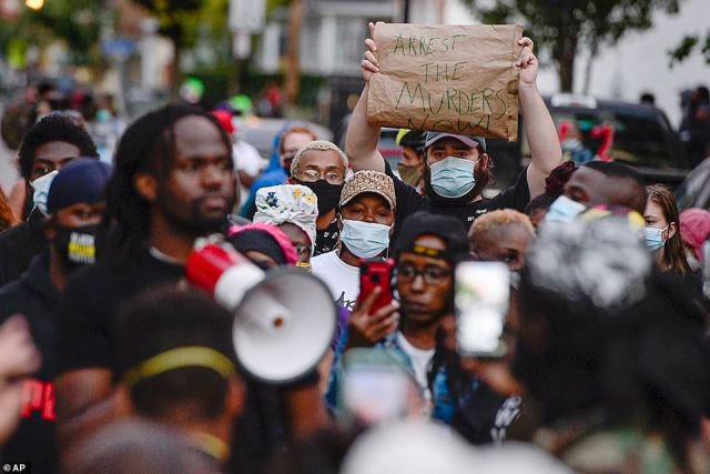 Demonstrators aredemanding for the officers involved to be charged with murder