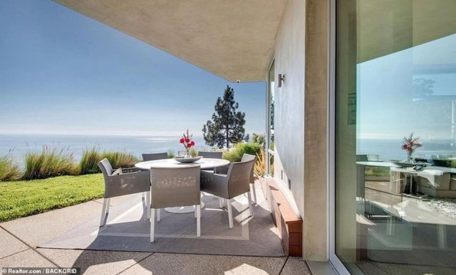 Lucky for some! The celebrity offspring is treated to more panoramic views by the outdoor space which locates a grey table-and-chair set foralfresco breakfast, lunch and dinner