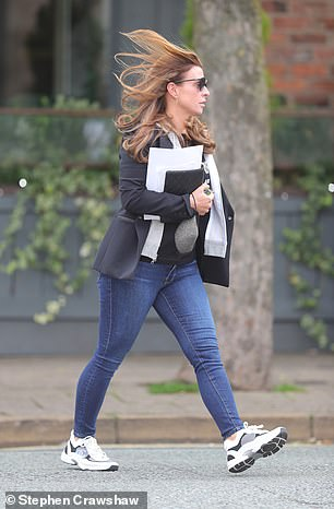 Choice: Coleen could be seen wearing a gray mask in her hands rather than wearing it as she walked down the street