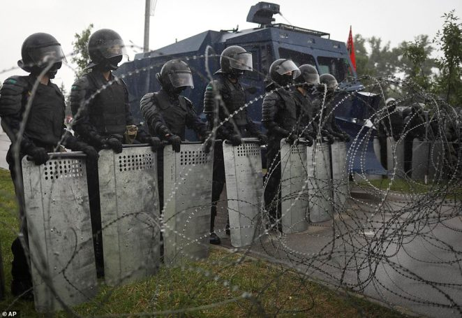 The army and security forces have blockaded Minsk city centre as protesters marched to the presidential residence