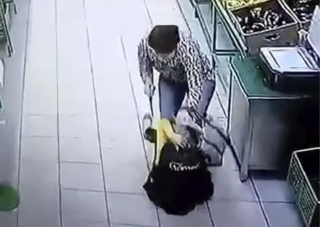 The attacker pushes a 36-year-old saleswoman to the ground at the fruit and vegetable section in supermarket Gulliver