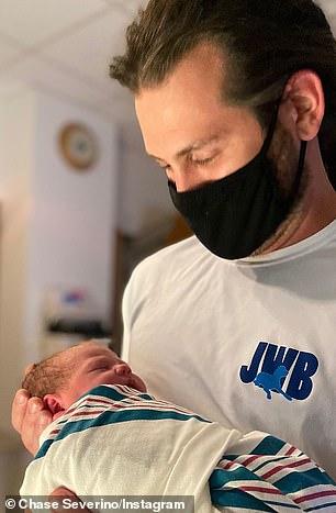Драгоценная принцесса: новый отец уже носил бейсболку «Папа-девчонка», пока он держал маленькую Аврору, которая весила 6 фунтов 12 унций.