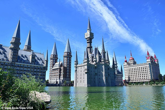 Some people related the scene to Hebei Academy of Fine Arts, a college in northern China that bears a striking resemblance to Hogwarts. The above picture shows the college in 2019