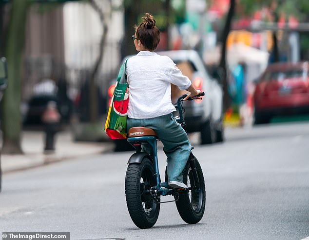 Life is good!The actress had a relaxed air to her as she biked through the concrete jungle, with Minka glancing about to admire the nearby structures