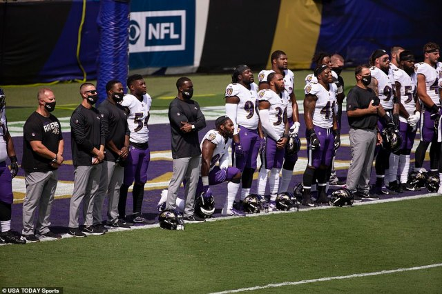 Baltimore Ravens take a moment of silence during pregame against the Cleveland Browns at M&T Bank Stadium