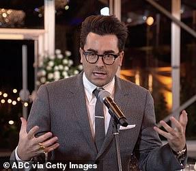 Подметая доску: Дэниел Леви выиграл актер второго плана в комедийном сериале, поскольку Ручей Шитта охватил все категории