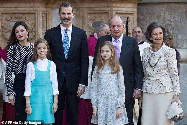 In the photo, King Felipe VI of Spain (second from left), his wife Queen Letizia (left), their daughters Princess Sofia (front left) and Princess Leonor (front right), former King Juan Carlos I (second from right) and his former wife Queen Sofia (right) in 2018