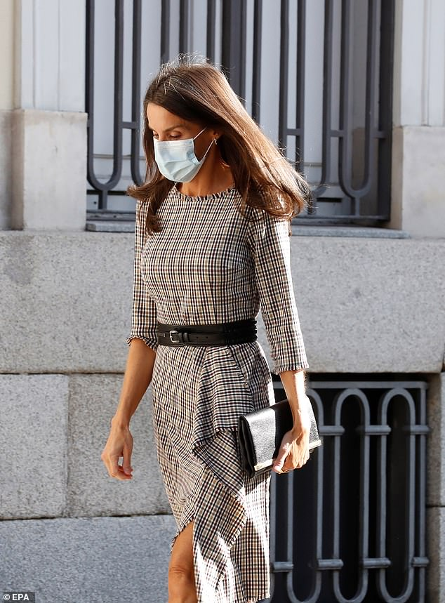 The mother-of-two refreshed her previously worn plaid print dress by coordinating with a black clutch handbag and matching belt