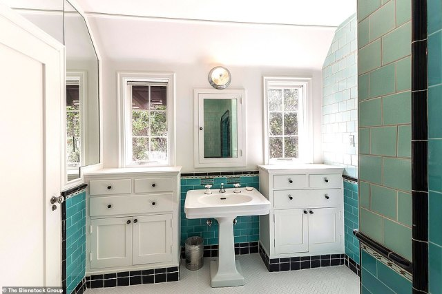 A touch of a bygone era: The bathroom nicely has the old green tiles from the 1920s with double cabinets