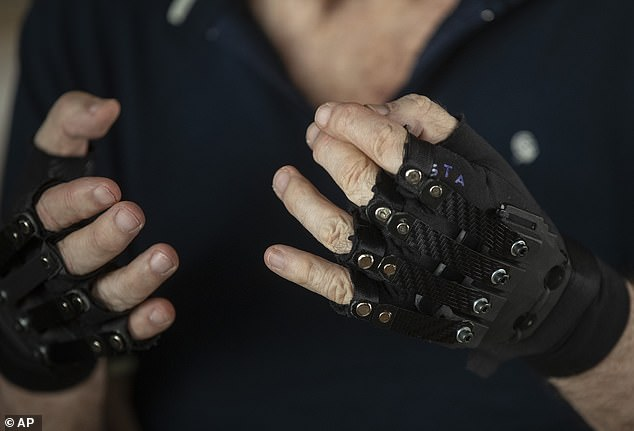 Magic: But at the end of 2019, designer and innovator Ubiratã Bizarro Costa created bionic gloves for Martins.  Gloves strike his fingers up after pressing the keys