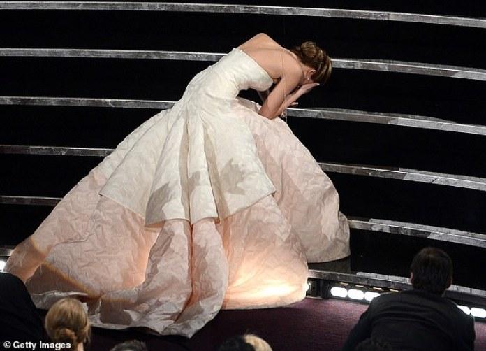 Avergonzada: Jennifer Lawrence ha revelado que fue `` devastador '' cuando la gente pensó que fingió su famoso otoño de los Oscar en 2013