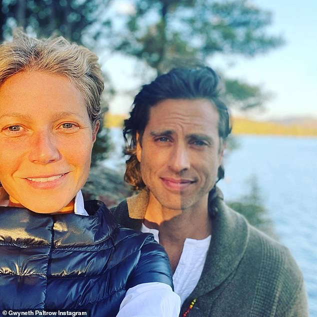 She also likes to put on makeup: without paint as she poses with her husband Brad Falchuk, producer of Glee and American Horror Story