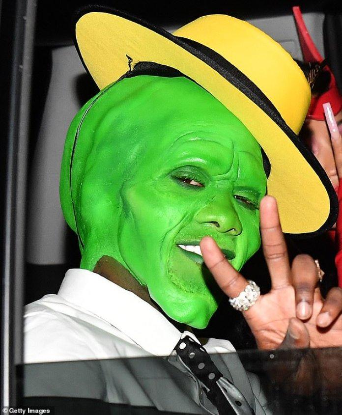 The Mask: Offset dio un vistazo a su disfraz a la luz cuando fue fotografiado saliendo en un SUV negro con Cardi.