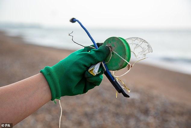 Sende mbrojtëse të tilla si doreza dhe maska për fytyrën gjenden në pothuajse një të tretën e të gjitha plazheve britanike pas një rritje në përdorim për shkak të pandemisë së koronavirusit.