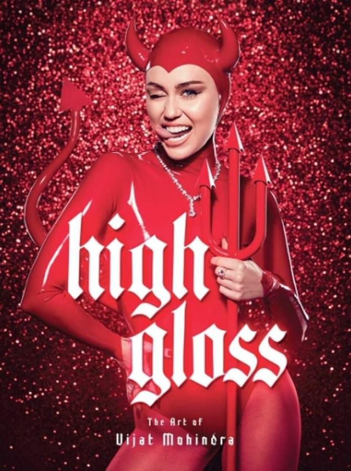 En el cuadro: La estrella del pop, de 27 años, también cubre el libro titulado Hot Gloss y las ganancias de su venta se destinarán a su Fundación Happy Hippie que ayuda a los jóvenes LGBTQ sin hogar.