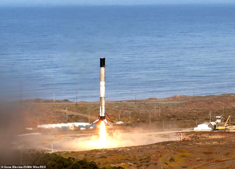 Europe and the United States share the $ 1.1 billion cost of the mission, which includes the dual satellite