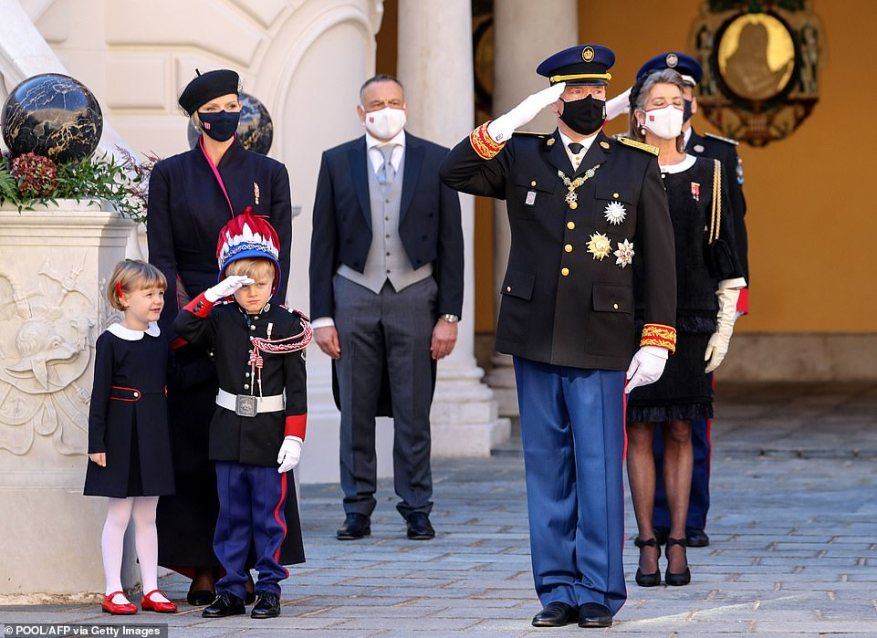 Внимание!  Пятилетний принц Монако Жак, наследник престола, присоединился к своему отцу, принцу Альберту, чтобы отдать честь во время празднования Национального дня в четверг.  Школьник был одет в миниатюрную карабинную форму.