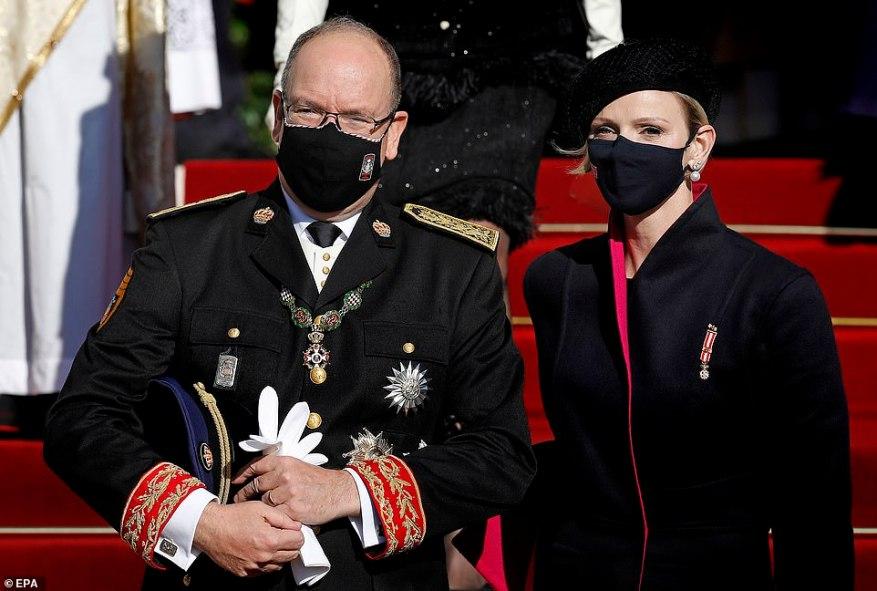 Принц Альбер и принцесса Монако Шарлен вышли из собора под руку после мессы в четверг утром.