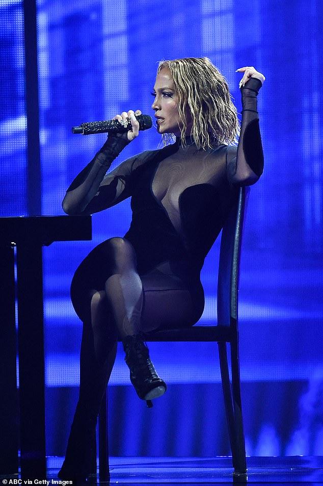 Poseer el escenario: Jennifer gateó alrededor de un pedestal en el escenario negro, escupiendo un hermoso spanglish, antes de que Maluma interpretara su verso contra una fila de seductores bailarines enjaulados detrás de él.