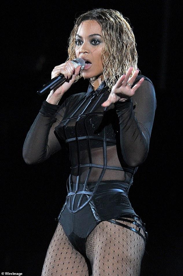 No es así: Sin embargo, una fuente de producción informa a DailyMail.com que el aspecto general y la rutina se inspiraron en la rutina Cell Block Tango del musical Chicago, a pesar de que los fanáticos señalaron similitudes con la actuación de Beyonce con su esposo Jay-Z;  Beyonce fotografiada en 2014