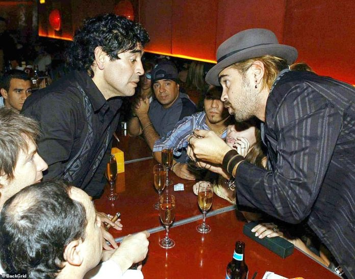 Maradona speaking to Hollywood actor Colin Farrell who flew to meet the legendary footballer in Argentina while filming in Paraguay in 2005