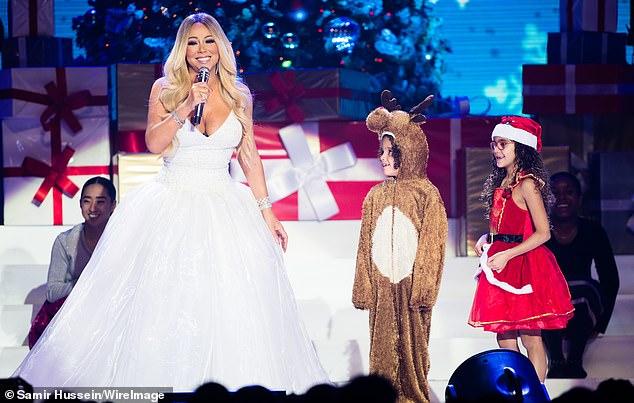 Asunto familiar: Mariah se muestra en diciembre de 2018 en Nottingham, Inglaterra con sus hijos, Moroccan y Monroe, durante su gira All I Want For Christmas Is You en Motorpoint Arena.