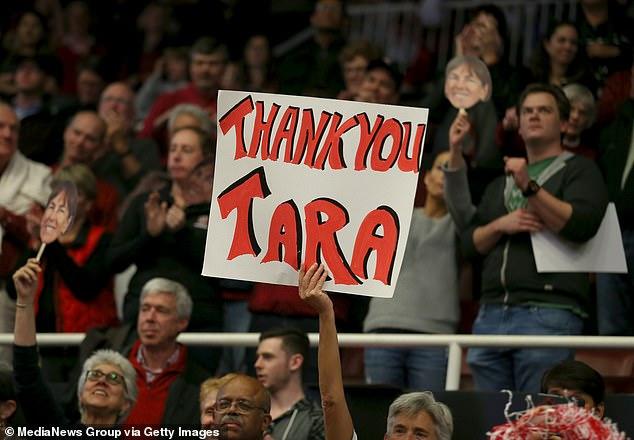 Fans celebrate Stanford head coach Tara VanDerveer 1,000th coaching victory in 2017