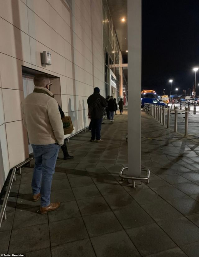 Queues began at supermarkets early this morning for a second day in a row after people began waiting from 5.50am yesterday morning