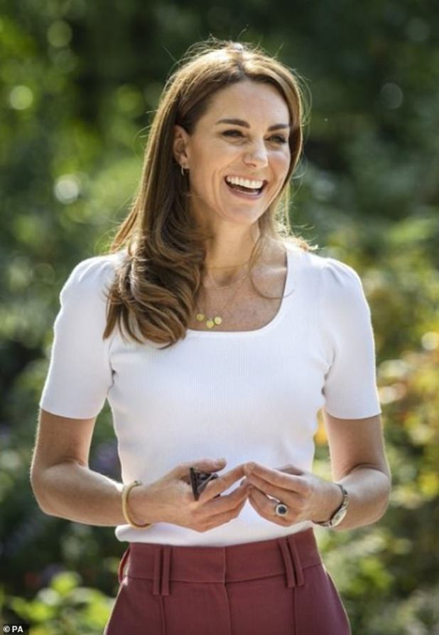 In the photo, a smiling Kate is seen resting in a pair of recycled pink £ 29.50 M&S trousers to meet with parents helped by the peer support network during the Kovid-19 epidemic on 22 September.