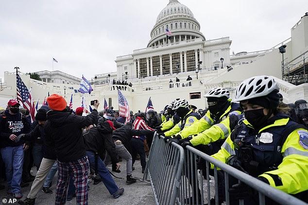 Los partidarios de Trump intentan romper una barrera policial cerca del Capitolio de los Estados Unidos el miércoles