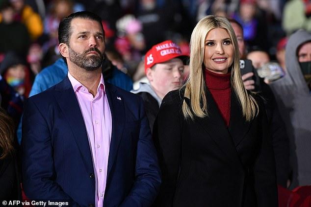 Las tensiones son altas en los últimos días de la presidencia de Trump, ya que nuestra fuente dice que la Casa Blanca ha sido 'apodada un circo con esteroides con los hijos de Trump compitiendo desesperadamente por el control y los miembros del personal caminando sobre alfileres y agujas'