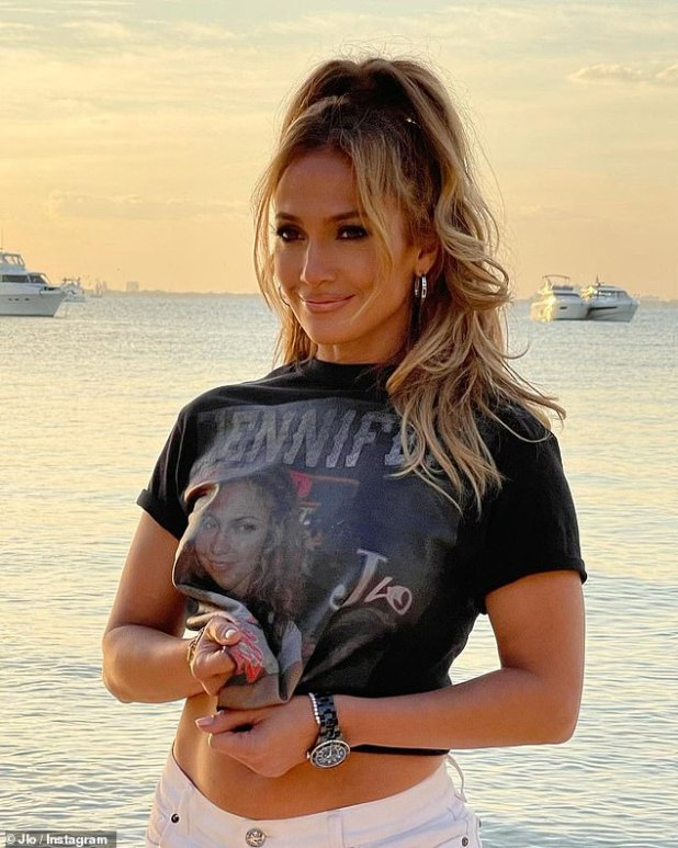 Fit Kaya: She wore the same black cut-off T-shirt to promote the album, which featured her nipple