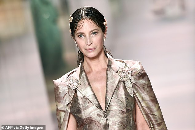 A look for the roaring 20s: She wore wet hair and dewy makeup for an ethereal look