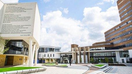 A Huddersfield University (foto) deu a ele um doutorado honorário em 2019, quando um novo Instituto Confúcio foi inaugurado, ¿em parceria com a Universidade de Ciência e Tecnologia da China Oriental em Xangai¿