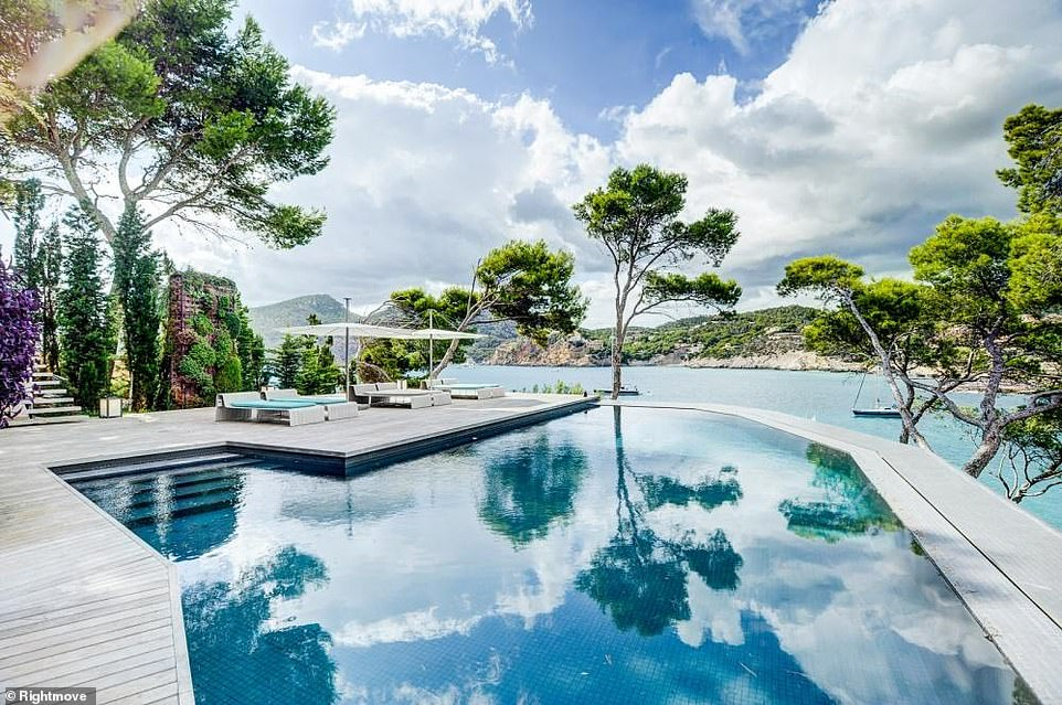 Selling Sunset? There is an outdoor swimming pool area and direct access to the sea at the property inCamp de Mar