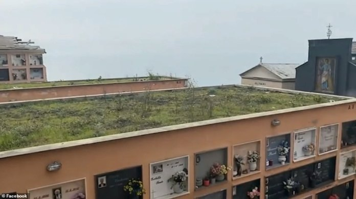 La vidéo montre ensuite le mausolée disparaître soudainement et tomber de la falaise alors que la terre en dessous cède, emportant avec elle des cercueils et des cendres.
