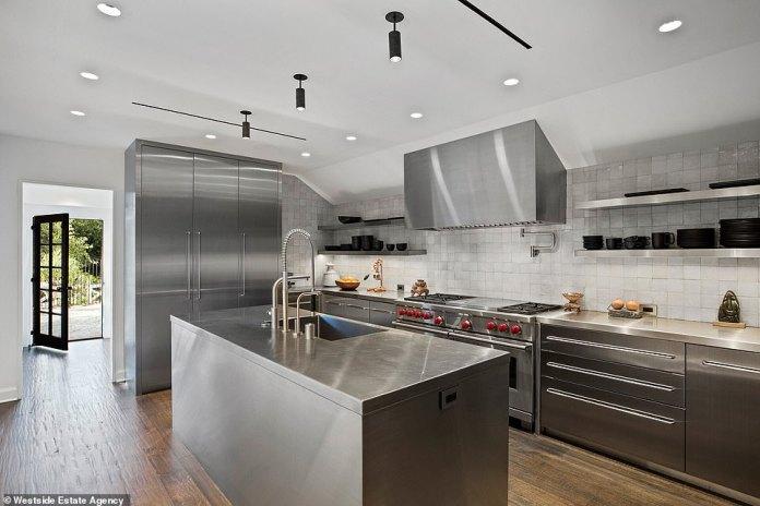Lujo: la mansión cuenta con cinco dormitorios, nueve baños, una cocina gourmet y una sala de estar de 15 metros con chimenea de piedra.