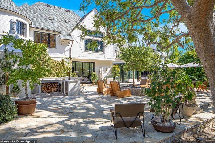 Mansión;  En 2019, la pareja compró la impresionante casa por $ 45 millones al líder de Maroon 5, Adam Levine, y podría obtener una ganancia de $ 10 millones si se vende a pedido.
