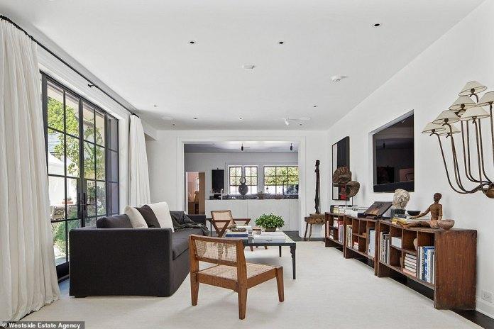 ¡Trae la luz!  Las ventanas del piso al techo ofrecen mucha luz en toda la casa expansiva