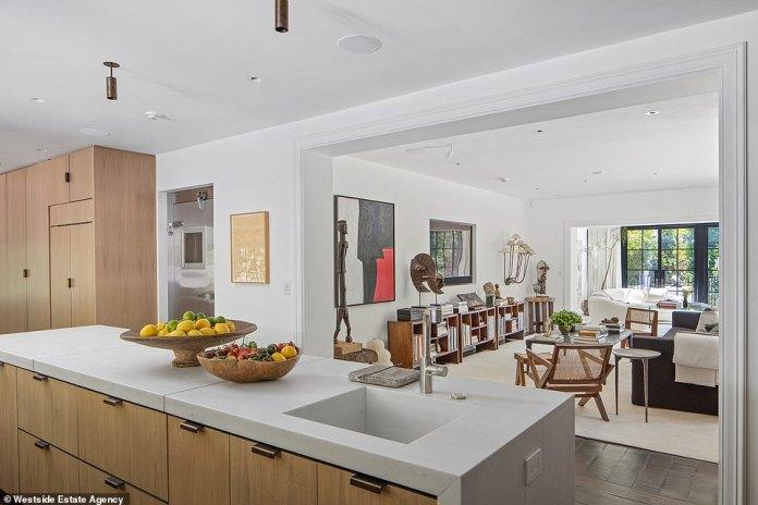 Impresionante: la casa contemporánea está diseñada con líneas limpias y acentos de madera