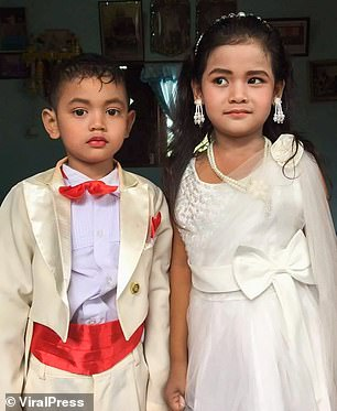 Five-year-old Thai twins get MARRIED because their Buddhist parents believe  they were lovers - T-Gate