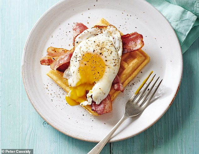 Brunch ¿chaffles¿ with fried bacon & eggs