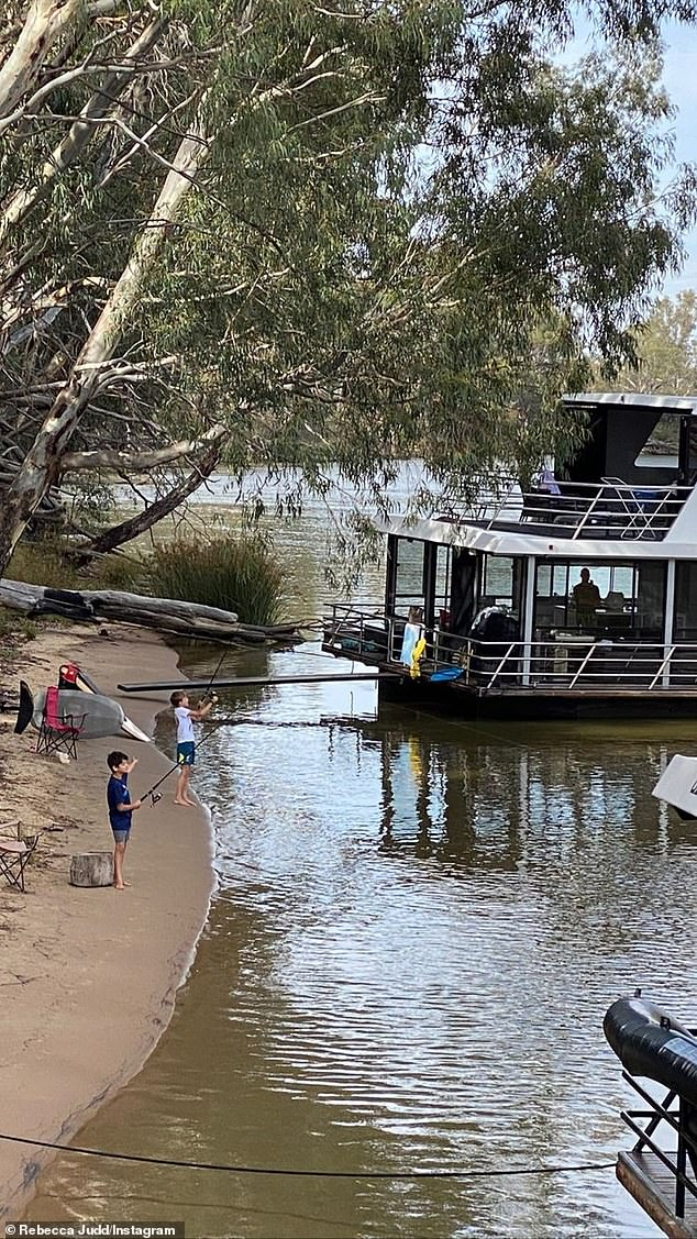 Pretty!  The boat appears to be Echuca Luxury Houseboats' leading `` Absolute '' model, and costs $ 8,000 a week for charter, or $ 4,900 for a weekend.