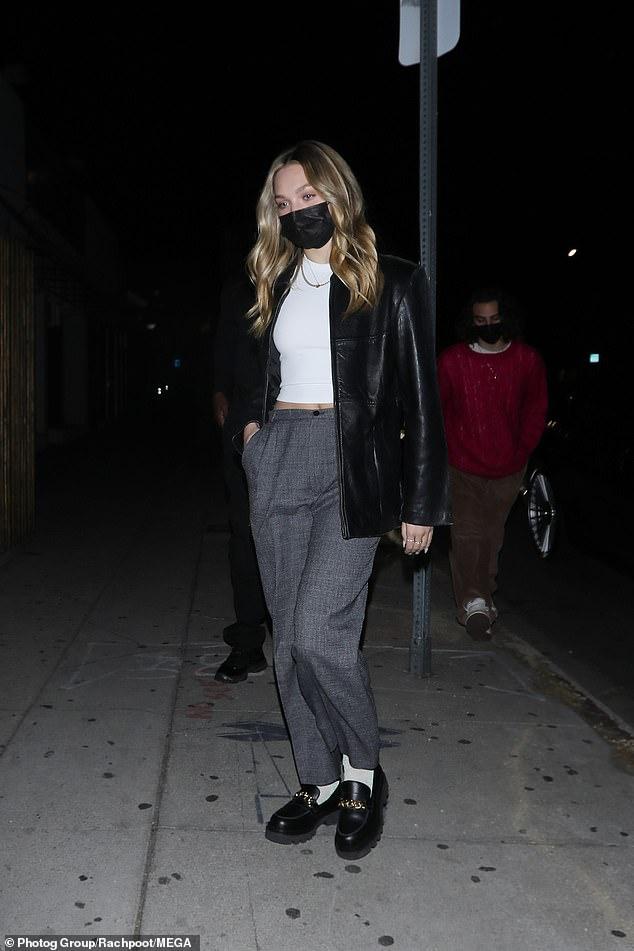 La fille de Jaden: Jaden était également accompagné de sa petite amie Odessa Adlon, qui portait un haut blanc sous une veste en cuir noir avec un pantalon gris et de grosses chaussures noires