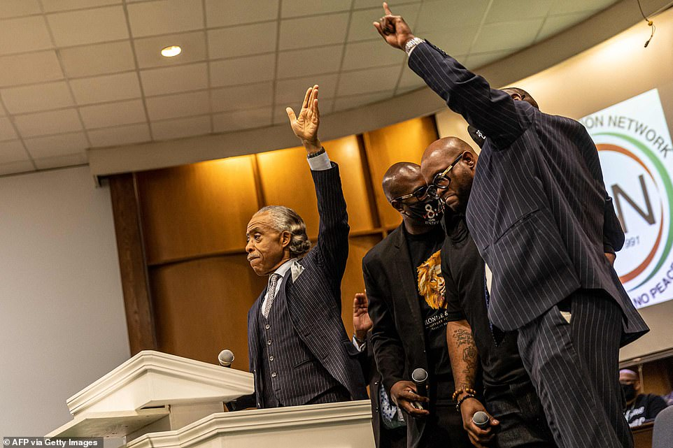 In an emotional address Sharpton asked, ¿Is America prepared to hold police accountable and make them pay when they are wrong?¿