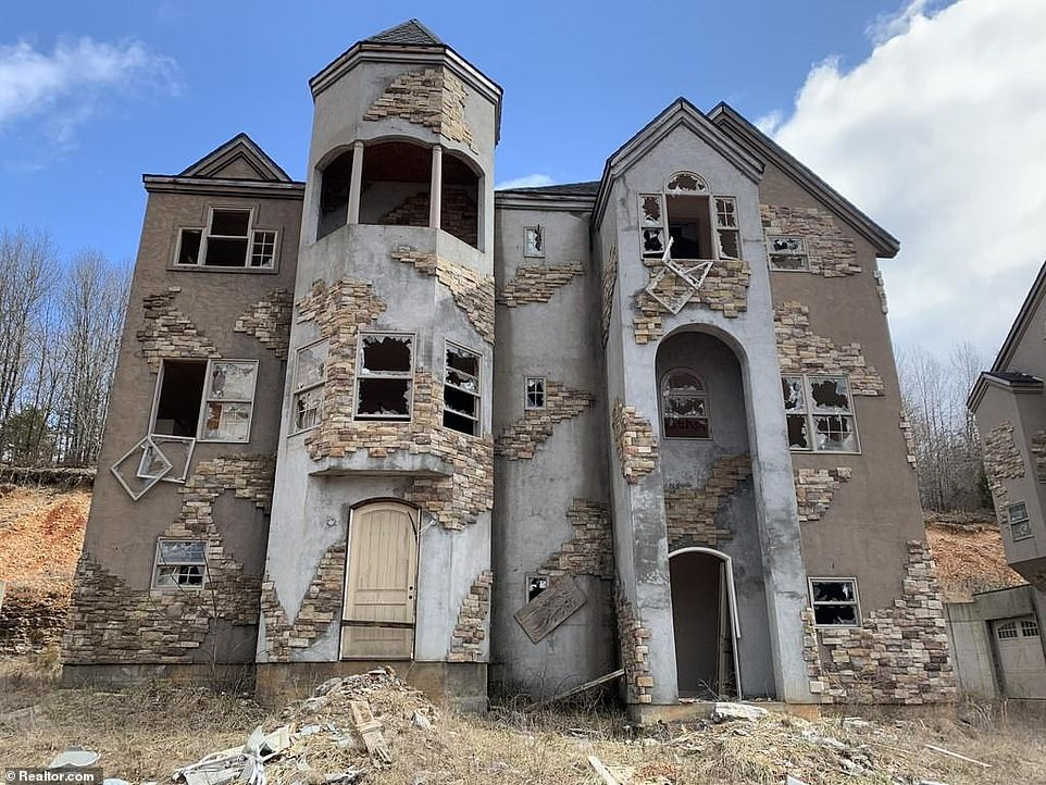 An unfinished condominium at the abandoned Indian Ridge Resort development at Branson West, Missouri. The development was plagued with problems and abandoned during the Great Recession of 2008