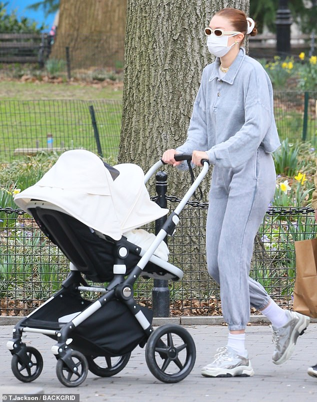My Parents Force Me To Wear Diapers : parents, force, diapers, Hadid, Dotes, Daughter, While, Wearing, Stylish, Sweatsuit, Around, Washington, Square, Daily, Online