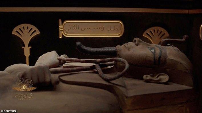 Törende gösterilen videoda bir mumya görülüyor.  Başlangıçta yaklaşık 3000 yıl önce Krallar Vadisi ve yakındaki Deir el-Bahri bölgesindeki gizli mezarlara gömülmüşlerdi.