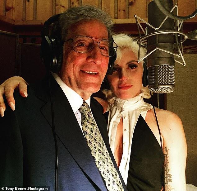 ¡Cualquier día de éstos!  El neoyorquino nacido en Queens pronto lanzará su segundo álbum de estudio con su compañera de dueto Cheek to Cheek, Lady Gaga (R, en la foto en 2015), que se grabó entre 2018 y principios de 2020.